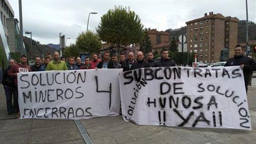 Podemos denuncia las prácticas de Mallada en Hunosa.Compañeros de los mineros del pozo Santiago con pancartas reivindicando sus derechos