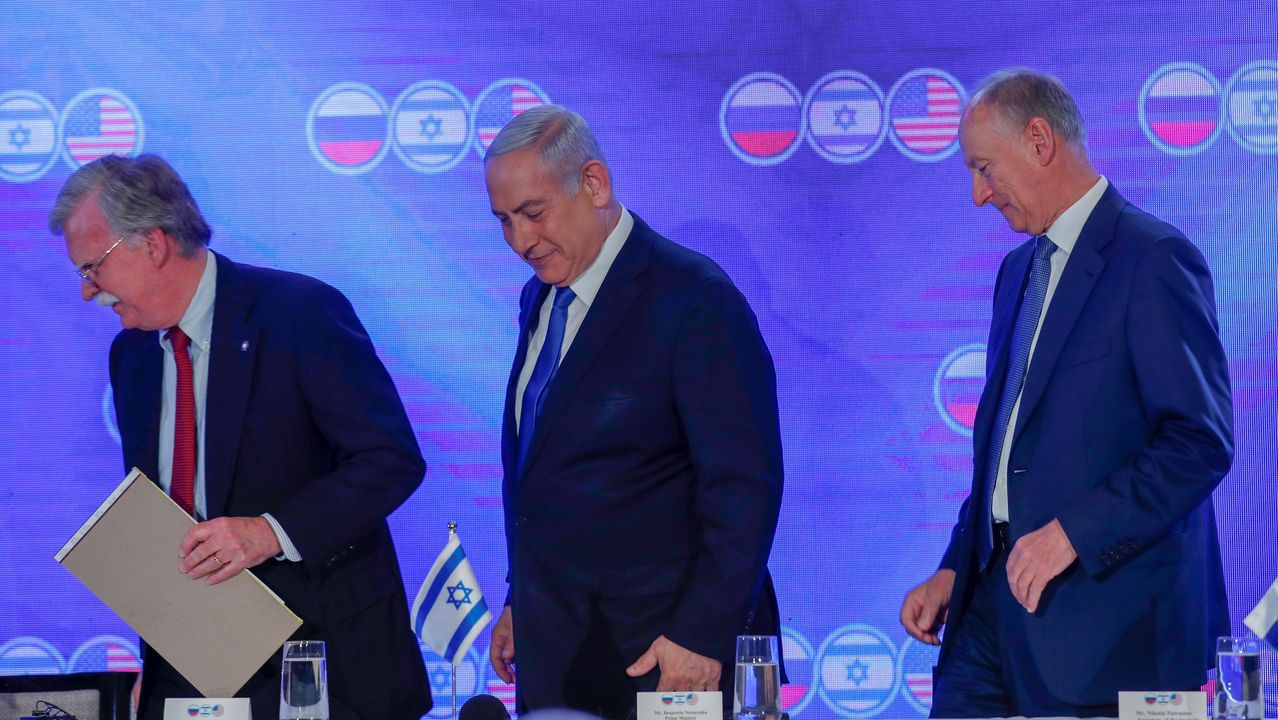 John Bolton, Benjamin Netanyahu y Nikolái Pátrushev (de izquierda a derecha) se reunieron este martes en Jerusalén para estudiar el futuro de Siria