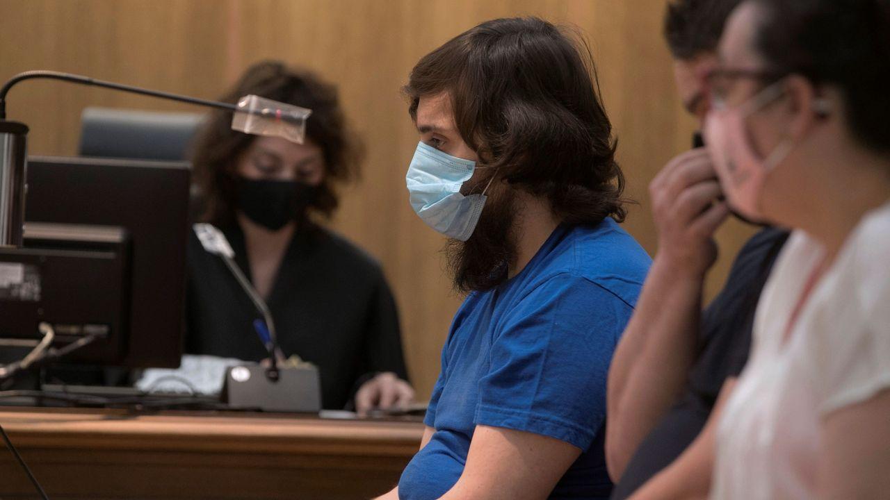 Jose Luis Abet, asesino de su ex-muller, ex-cuñada y ex-suegra en Valga vuelve al juzgado para una prueba de ADN.Imagen de este martes del acusado, Ramón Saiz, con su abogado.
