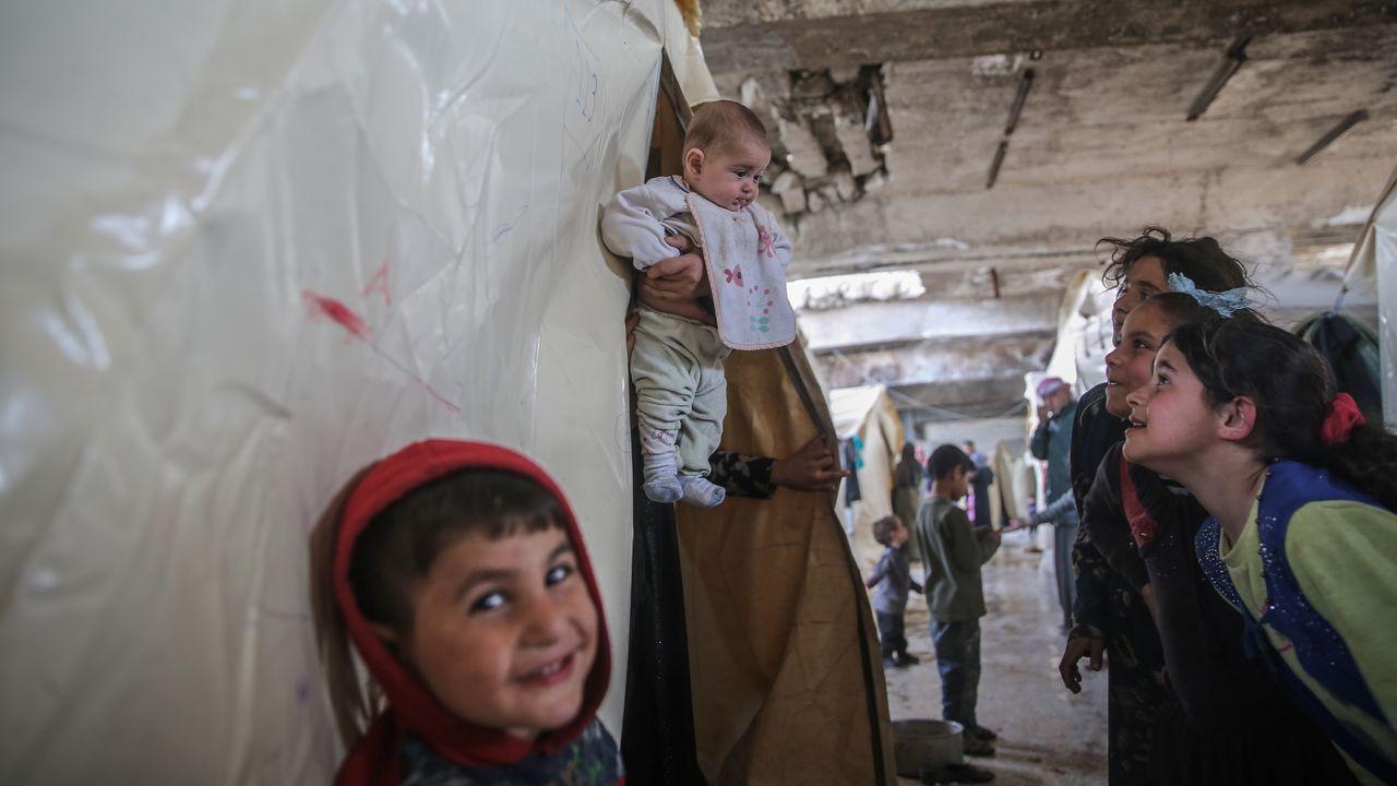 Un grupo de niños en un refugio improvisado en un estadio de fútbol de Idlib