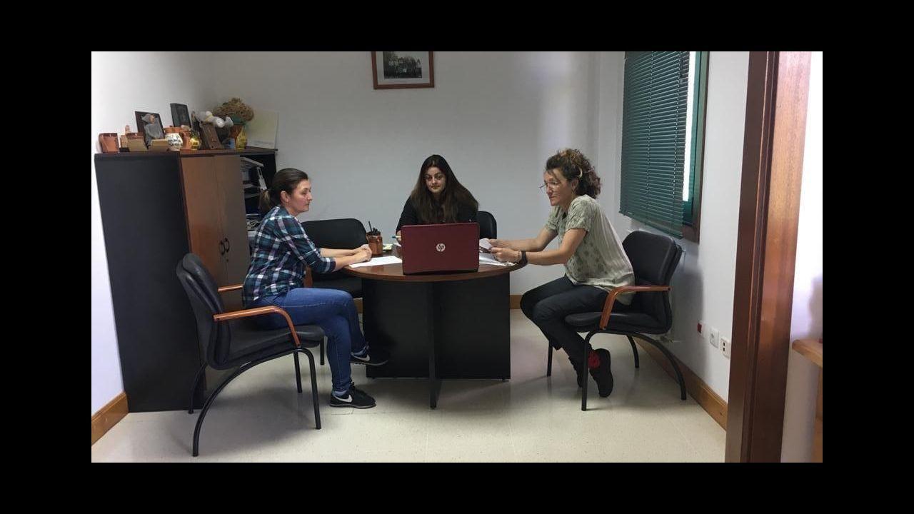 La alcaldesa Lola Castro (centro) y las concejalas Mari Carmen Vergara y Natalia López mantienen una videllamada con los otros dos ediles del equipo de gobierno para estudiar este paquete de medidas