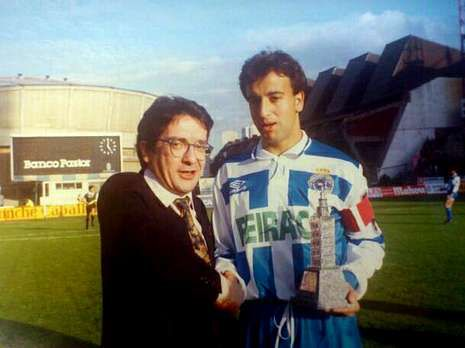 La selección española, su gran debilidad.Manolo Sanjurjo entrega a Fran un premio en el año 1992.