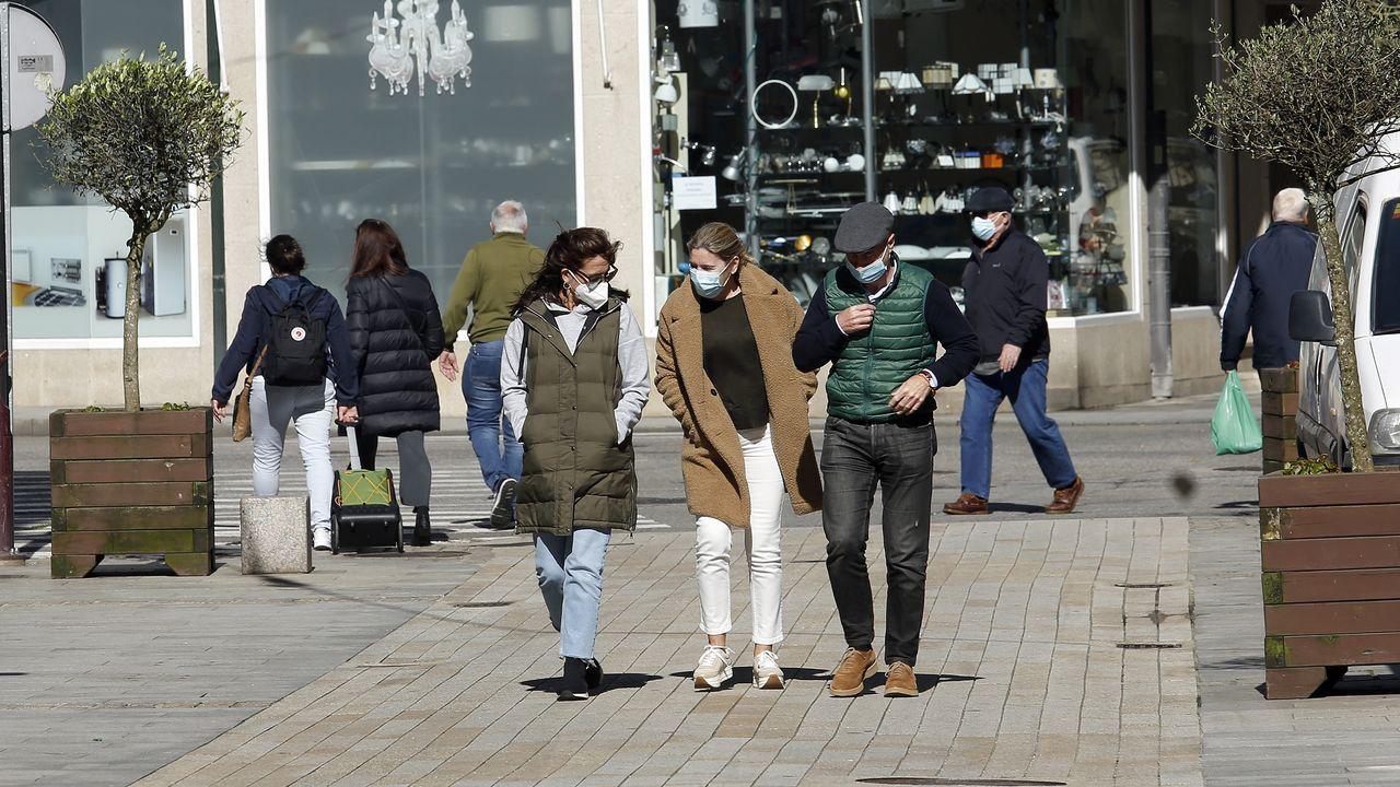 Gente paseando en Ribeira, que acumula 14 días con cero casos