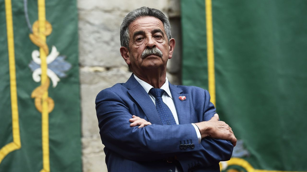 García Egea califica de «escándalo» el pacto entre Sánchez y ERC.Revilla y Sánchez en una imagen de archivo