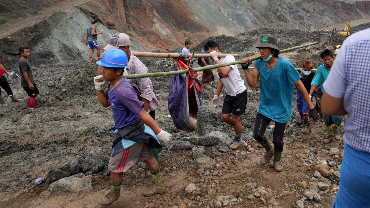 Servicios de rescate en una mina al norte de Birmania