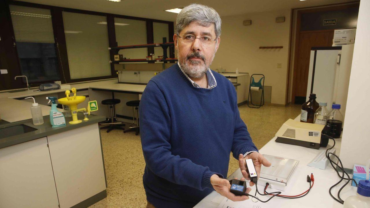 Barcia, en un laboratorio de Ciencias, con un medidor de proteínas
