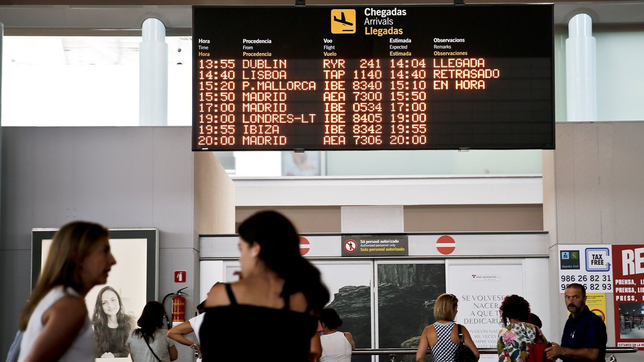 La quiebra de Thomas Cook deja a miles de turistas británicos a la espera de ser repatriados.Pasaporte español