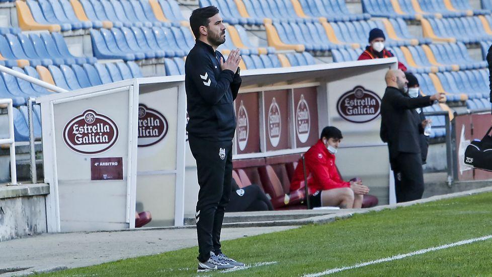 Fútbol Pontevedra CF vs Zamora.Mujaid trata de escapar de la marca de Seoane durante el partido de la primera vuelta ante el Racing en Riazor
