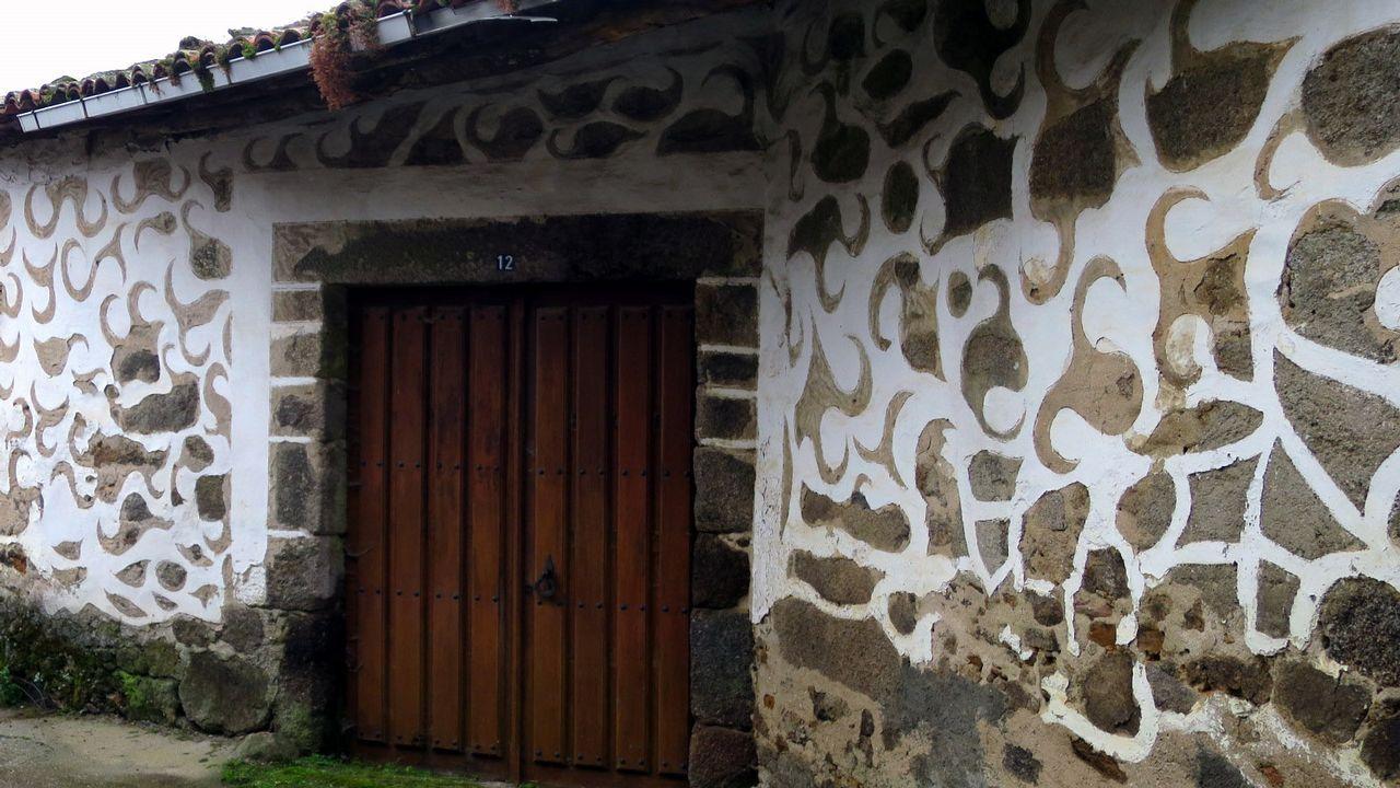 Esgrafiados en una construcción del lugar de Outeiro, en la parroquia chantadina de Mariz