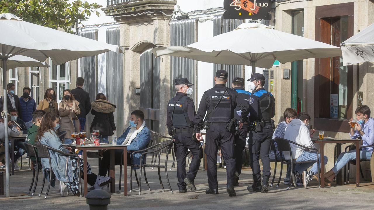 Una forma diferente de disfrutar de la ruta jacobea.Agentes de la Policía Local de Santiago en uno de los controles diarios que realizan en las terrazas de los bares