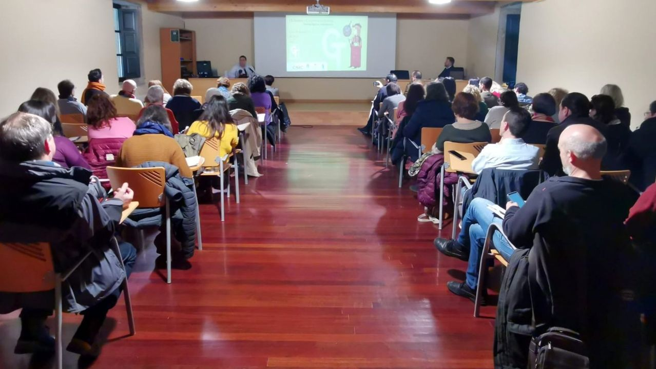 Por el camino de la Poza de Xan Arteiro.El investigador Felipe Aira (al fondo a la izquierda) habló en Tui sobre la historia de la antigua comunidad judía de Monforte
