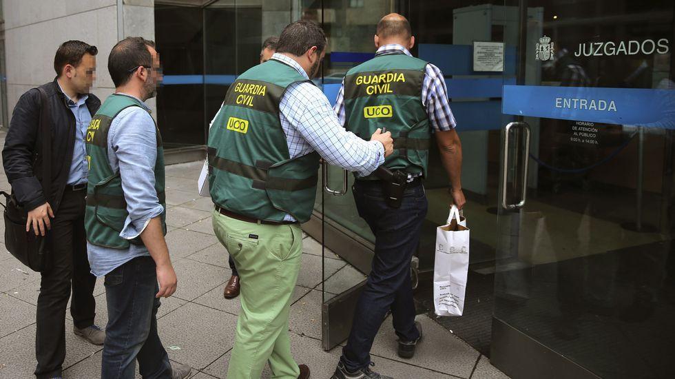 Huelga de médicos y enfermeras Servicio de Atención Continuada (SAC), en Atención Primaria.Agentes de la UCO, a su llegada a los juzgados de Oviedo, con la documentacion recogida en el domicilio del exsecretario general del SOMA-FITAG-UGT José Ángel Fernández Villa