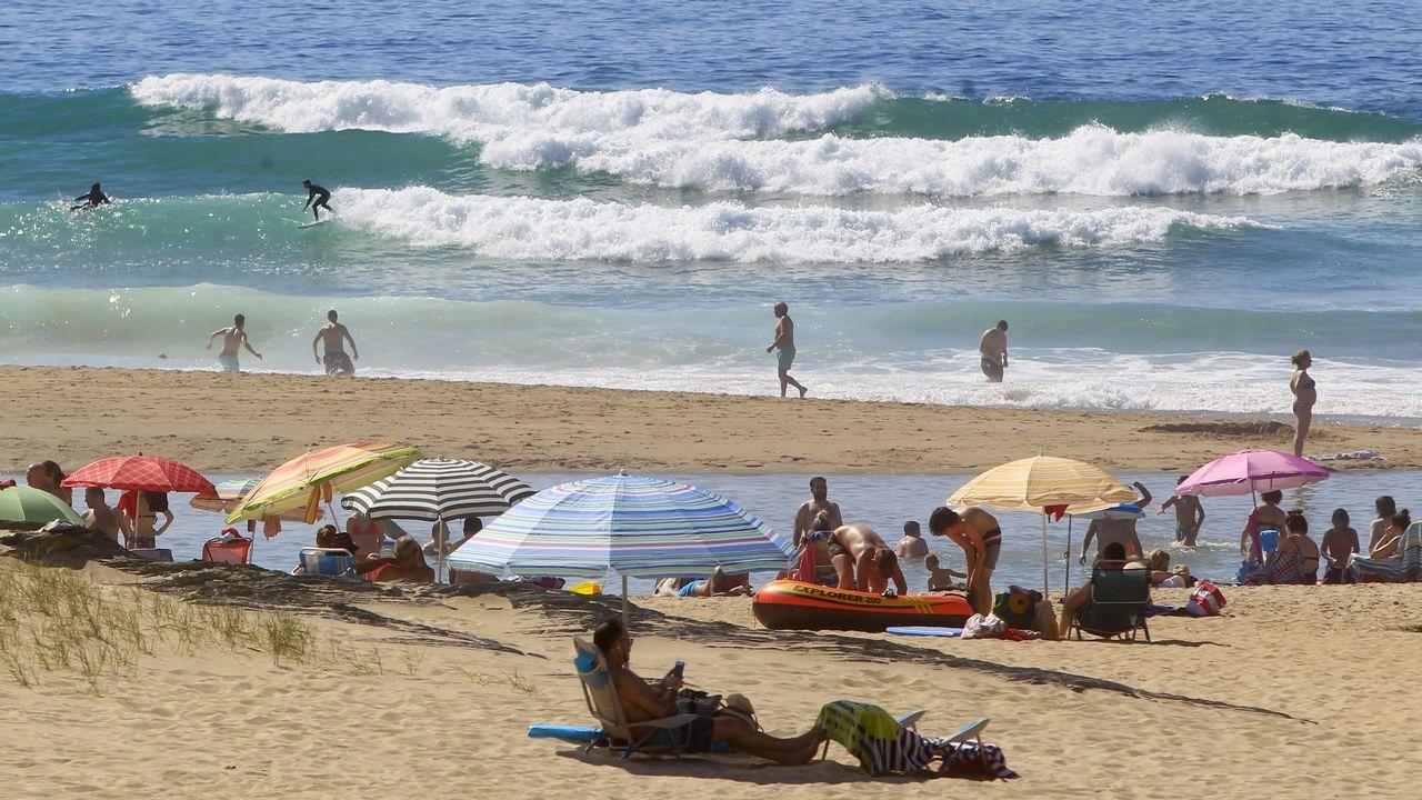 Primeros baños en la playa de Doniños, en Ferrol