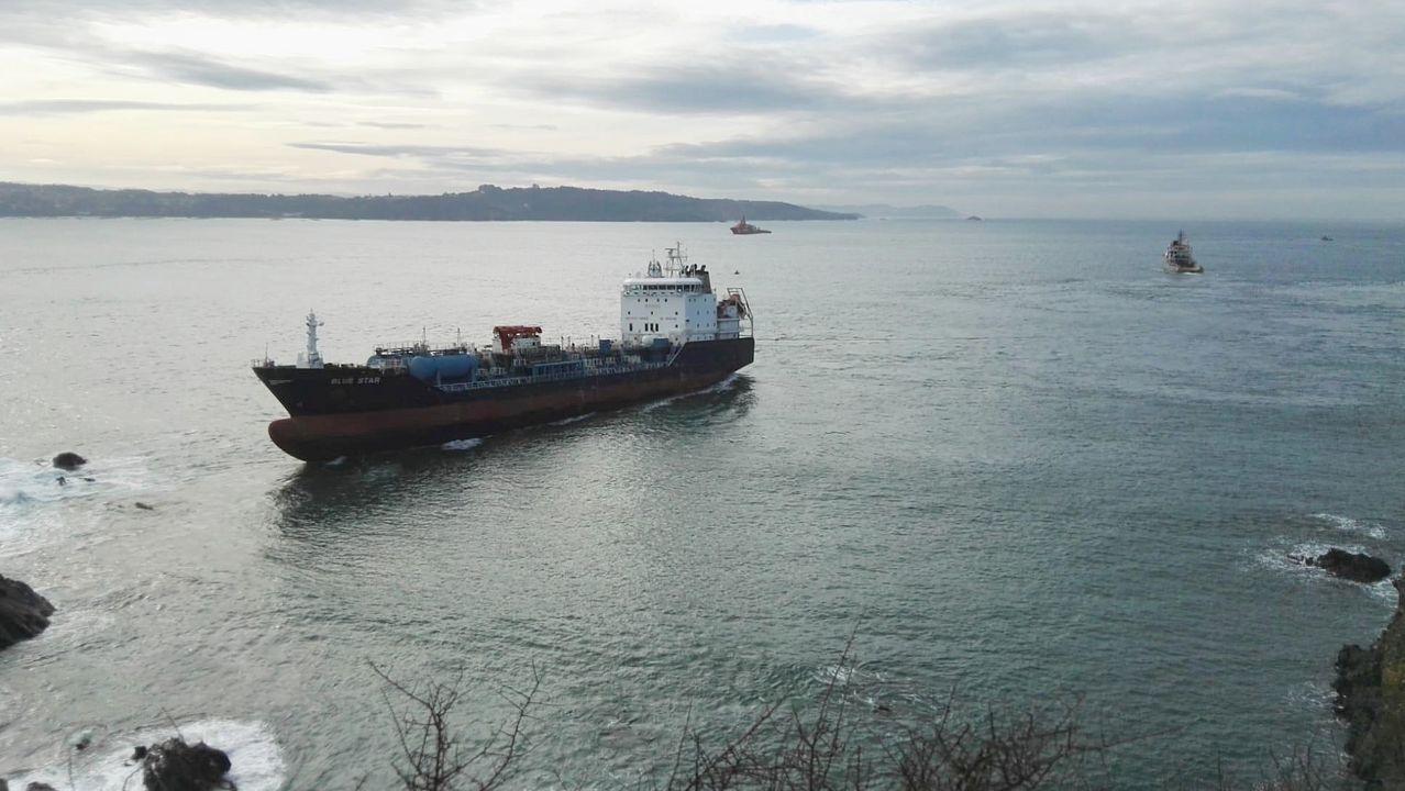 El buque encallado Blue Star vuelve a navegar.Efectivos del dispositivo de rastreo, esta mañana en Cerdido