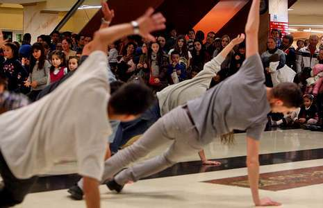 El flashmob de Manabeat despertó la curiosis del público del centro comercial.