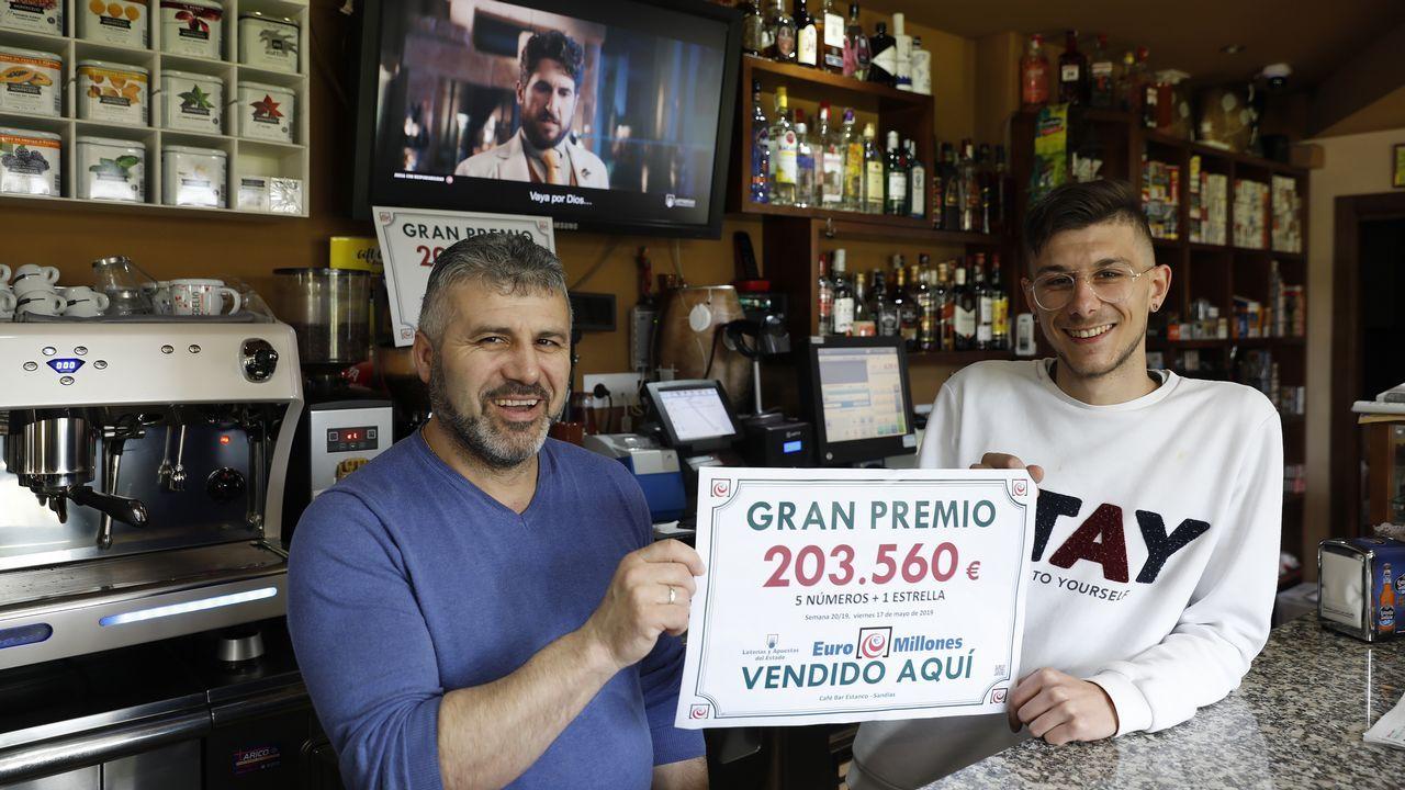 Así pasan los cadidatos a la alcaldía de Compostela la jornada de reflexión.El bar O Encontro de Sandiás repartió 200.000 euros del Euromillón. En la imagen, el propietario del local, José Manuel Nogueiras y su hijo Kevin