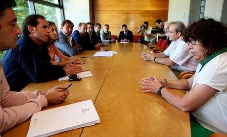 <span lang= es-es >Nutrida representación popular</span>. A la reunión convocada en Exposalnés con los sindicatos acudieron, además del conselleiro, el presidente de la Diputación, Cores Tourís y los alcaldes afectados.