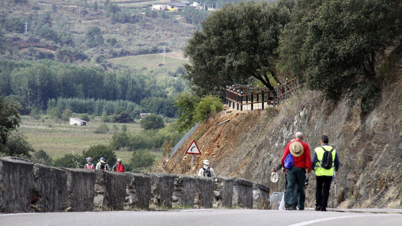Ruinas del monasterio de San Clodio de Ribas de Sil.Una pareja de turistas solicita información en la oficina del Centro do Viño, en una foto del pasado verano