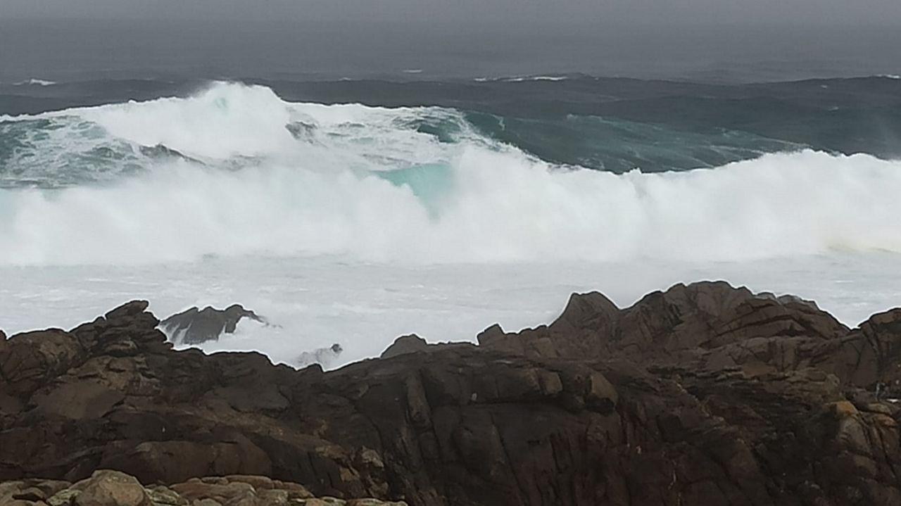 El fuerte oleaje ya se deja sentir en la costa de Corrubedo