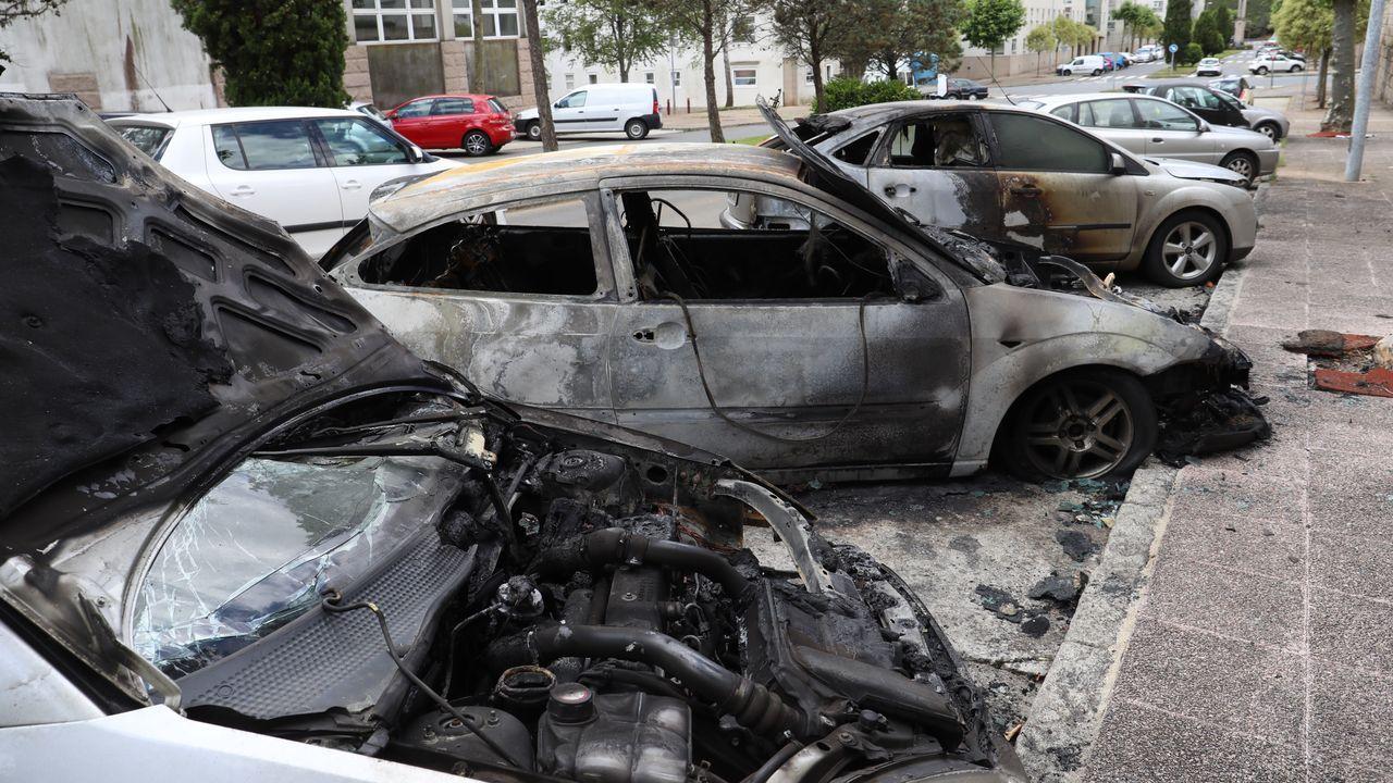 Coches quemados en el barrio de Fontiñas