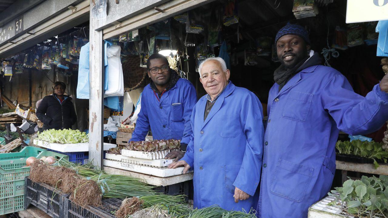 Atuneros fondeados en las Seychelles tras supuestos casos de covid-19.Birahim y Bahe Diaye, junto a Samuel Pérez