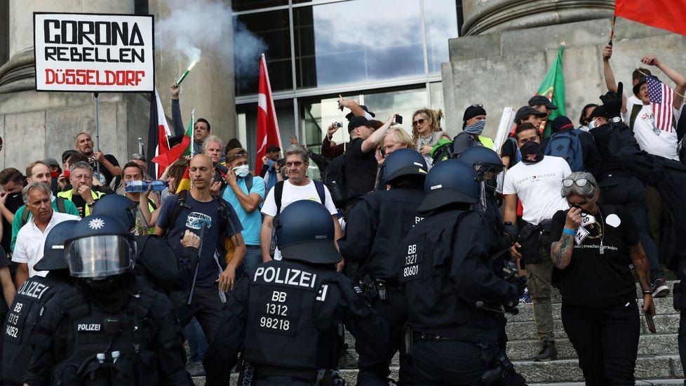 ÁLBUM: Las siete figuras de hierro que animan las calles de Navia.Carlos Suárez con la copa como campeones por equipos de Portugal