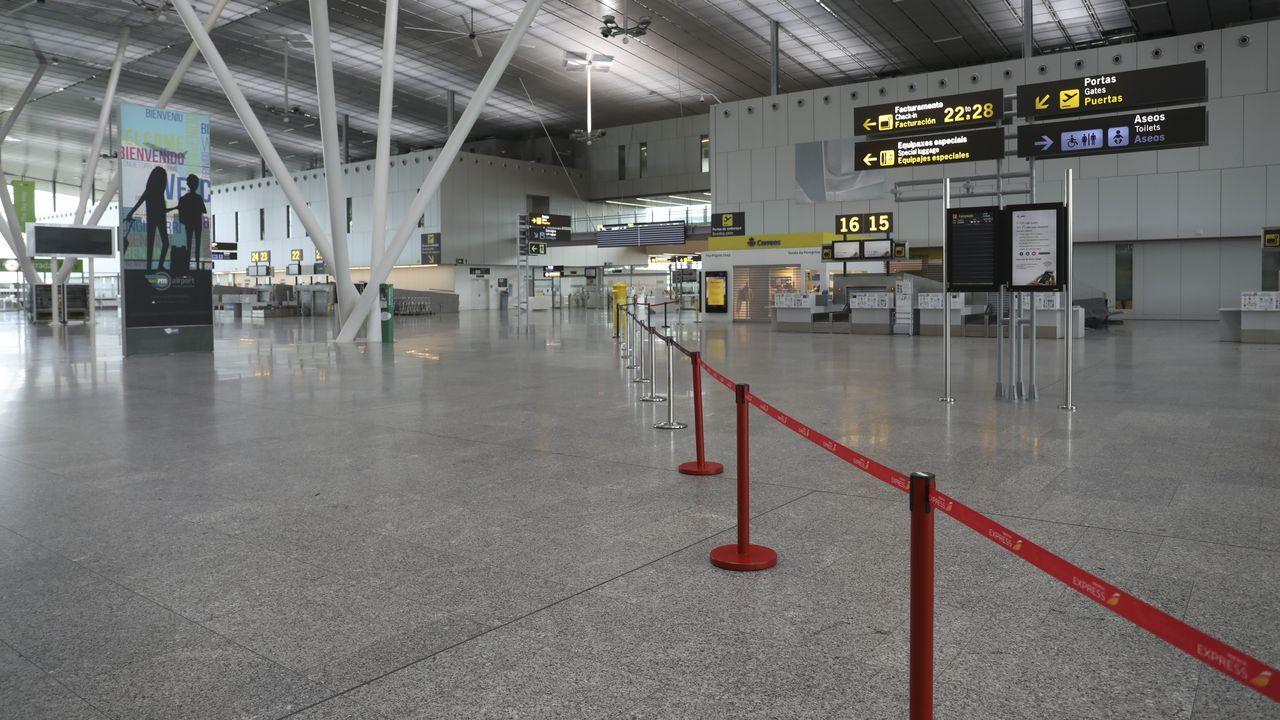 Llegada de los pasajeros del vuelo procedente de Madrid.Aeropuerto Rosalía de Castro, en Santiago, sin actividad en una imagen de la semana pasada