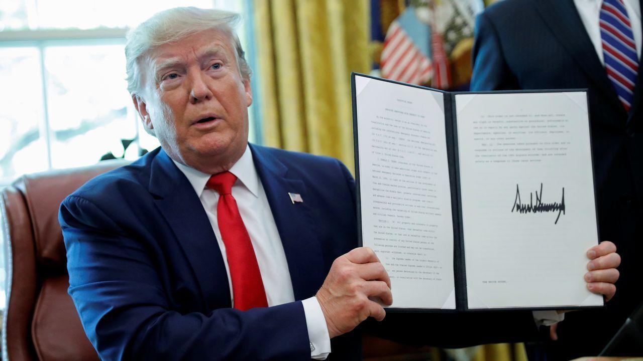 Donald Trump muestra la orden ejecutiva que establece sanciones al líder iraní Alí Jamenéi