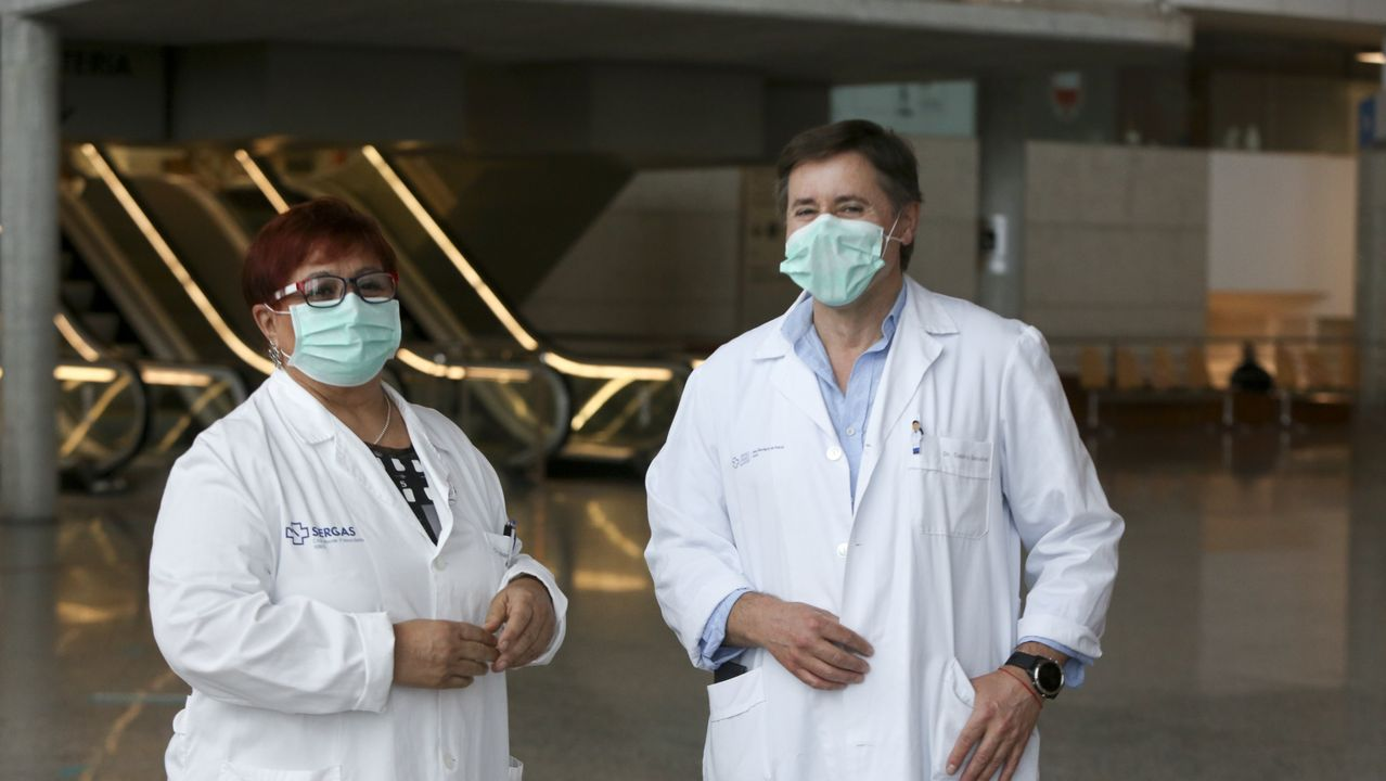 Ana Mariño, en medio con la carpeta, con médicos y enfermeros del equipo de Medicina Interna que atiende la planta covid en el área sanitaria de Ferrol.