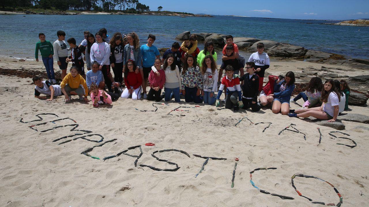 Alumnos del instituto de A Illa limpian de plásticos la playa de Gradín