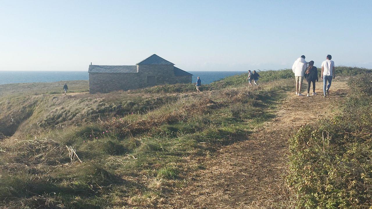 La construcción de un nuevo acceso ha propiciado la llegada de turistas y vecinos a la isla de Santa Comba