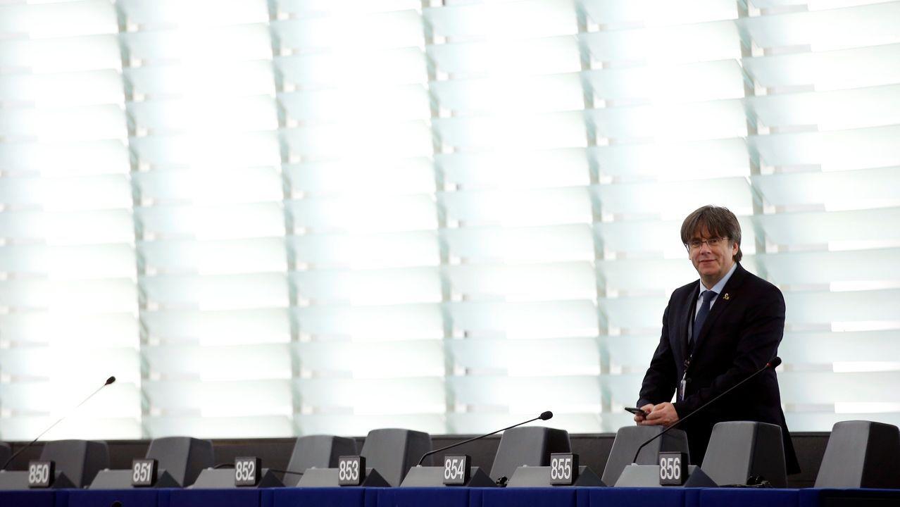 El presidente del Gobierno, Pedro Sánchez (2i), junto con la vicesecretaria general del PSOE, Adriana Lastra (d), el candidato a la Presidencia del Principado, Adrián Barbón (2d) y la candidata a la Alcaldía gijonesa, Ana González (i), durante el mitin de Gijón
