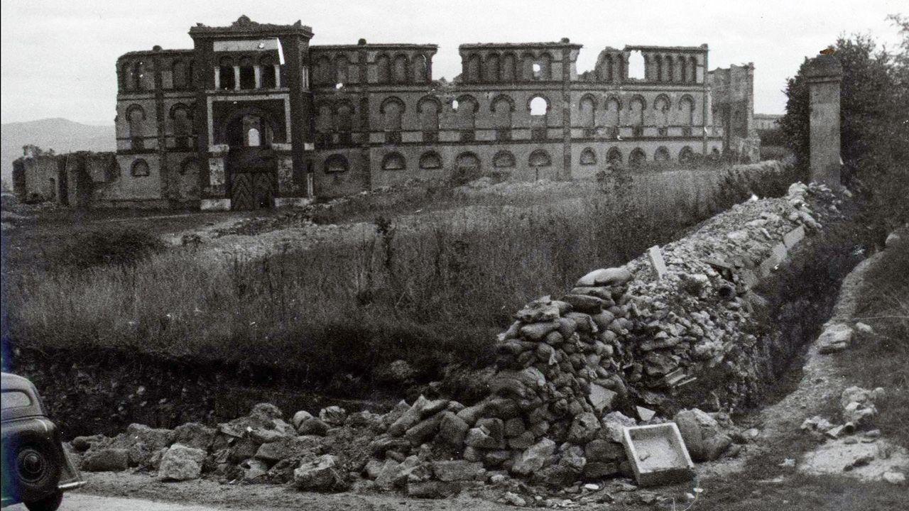Plaza de Toros de Oviedo, justo después de la Guerra Civil. Gravemente dañada en 1932, volvió a sufrir deterioro durante el conflicto