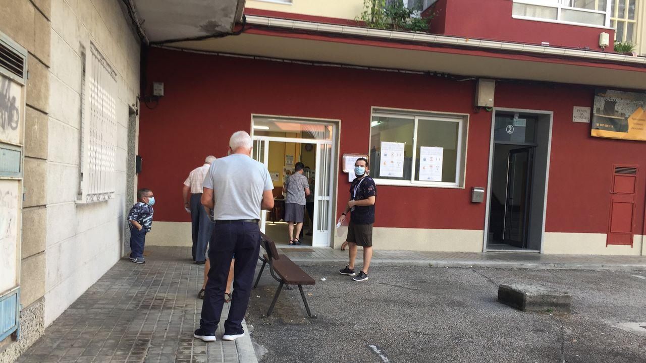 Gente votando en un colegio electoral de Ourense