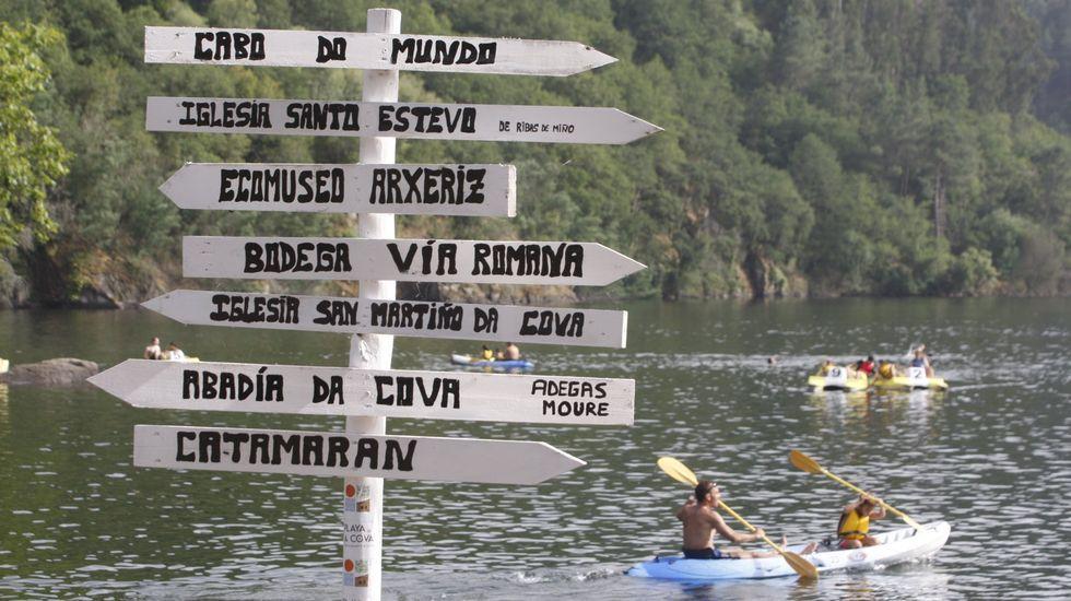 Indicador con diferentes enclaves turísticos de la Ribeira Sacra en la playa de A Cova