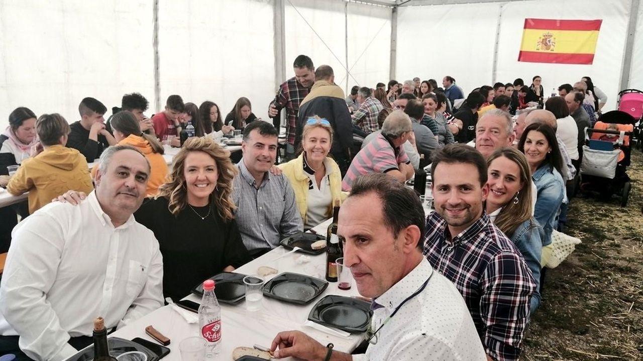 La portavoz del PP en la Junta, Teresa Mallada, con el presidente y portavoz del PP en Cangas del Narcea, José Luis Fontaniella, la diputada nacional Paloma Gázquez, y varios diputados autonómicos, en una comida organizada por el partido.