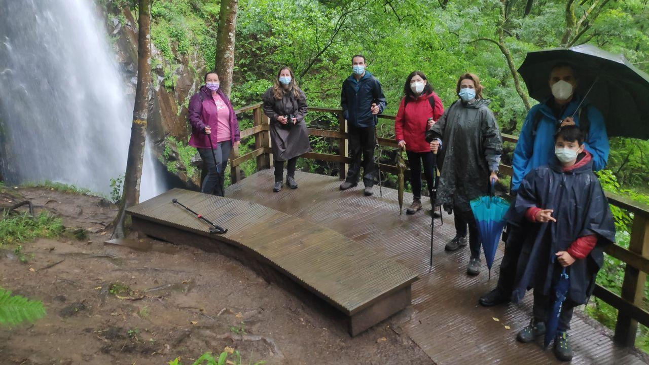 Participantes en el programa turístico de la Diputación visitaron en Pantón la cascada de Augacaída