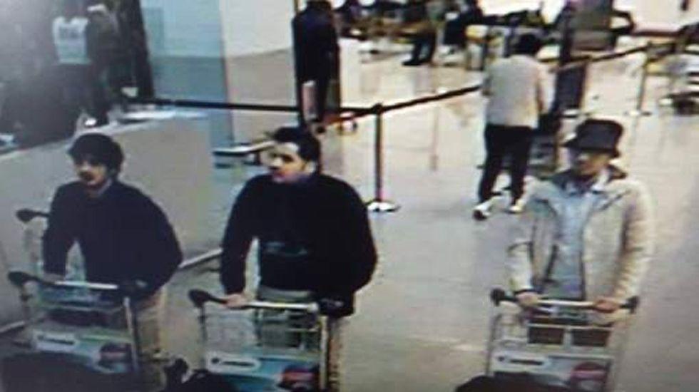 Los dos supuestos kamizakes (de negro), y un tercer sospechoso huido
