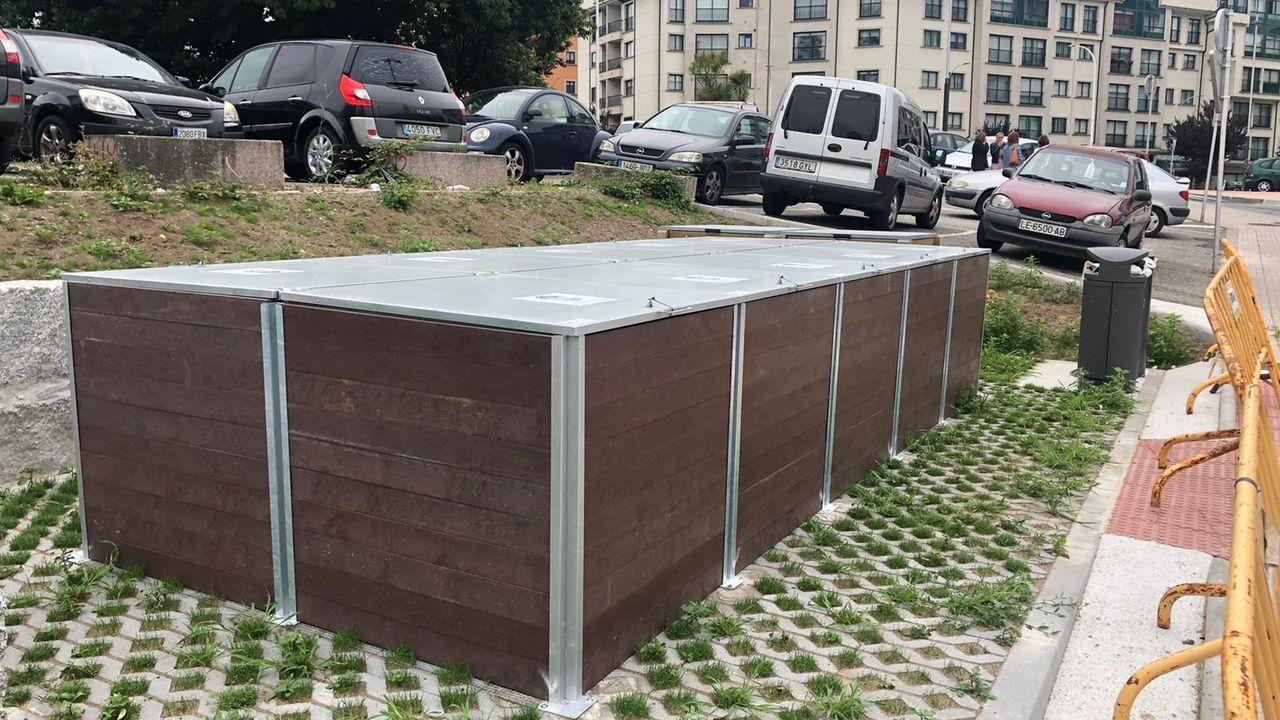 Centro de compostaje comunitario en la calle Antón Losada Diéguez.El camión quedo atrapado entre dos muros de cierre tras chocar contra un poste eléctrico