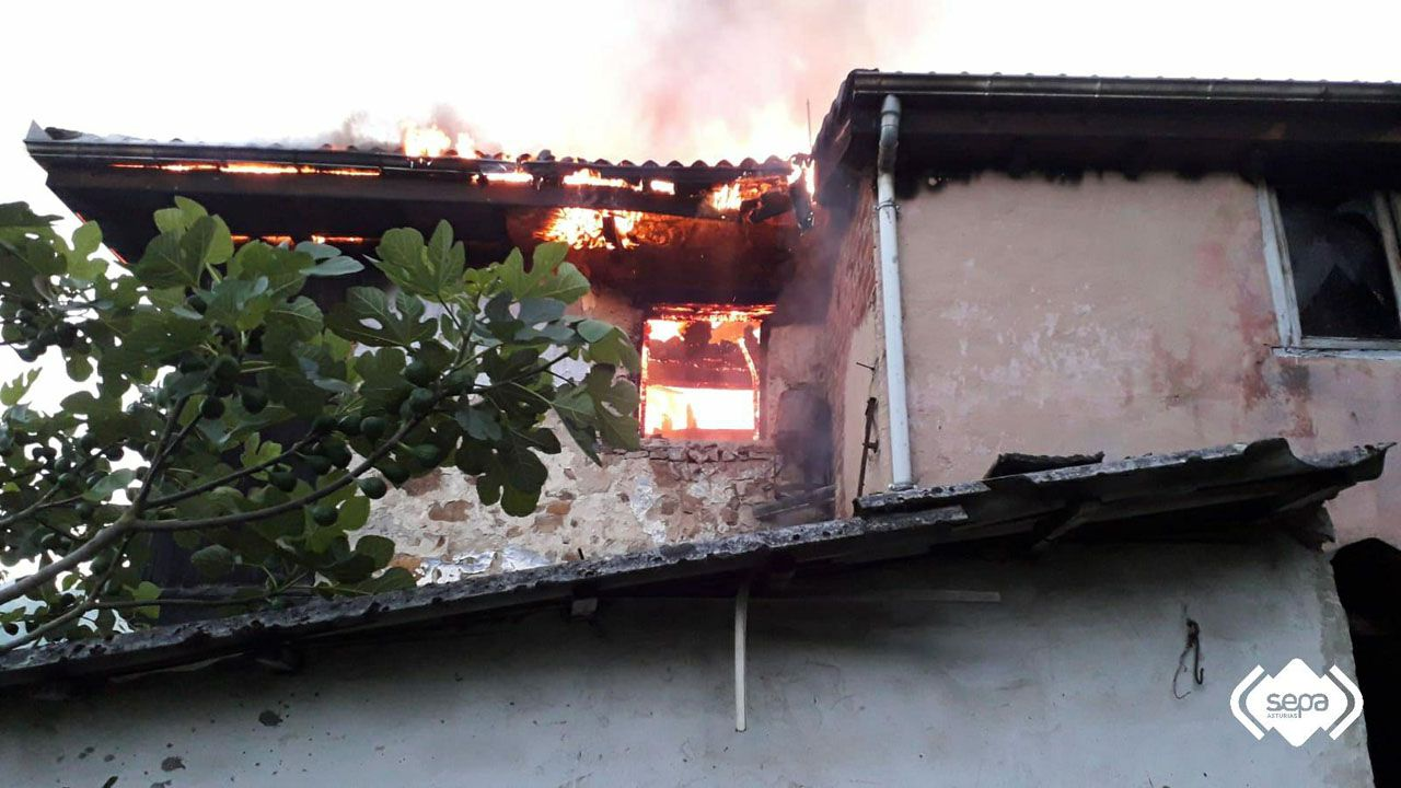 Un incendio calcina una vivienda unifamiliar en Pola de Laviana