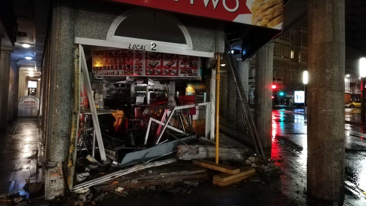 Un coche se estampa contra el restaurante Wok Two de la plaza de Pontevedra.Mariano Ribas, propietario de Milongas Parrillada.