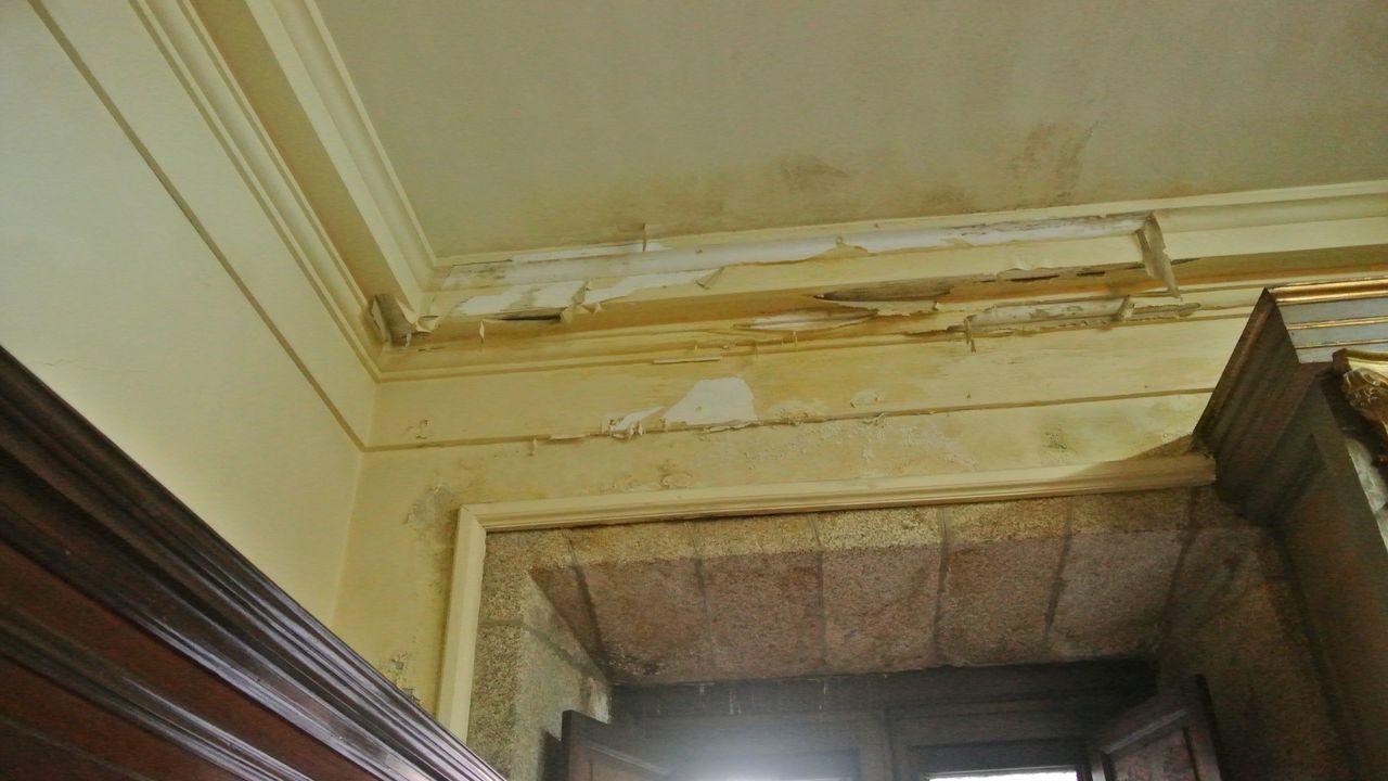 Desconchones en techos y molduras causados por el agua