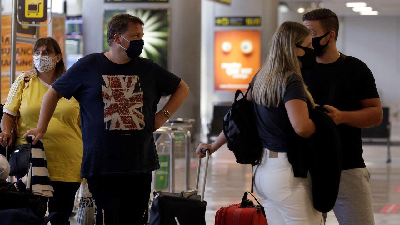 Descontrol y pocas precauciones en las celebraciones por el ascenso del Sabadell.Viajeros con destino al Reino Unido en el aeropuerto de Tenerife Sur