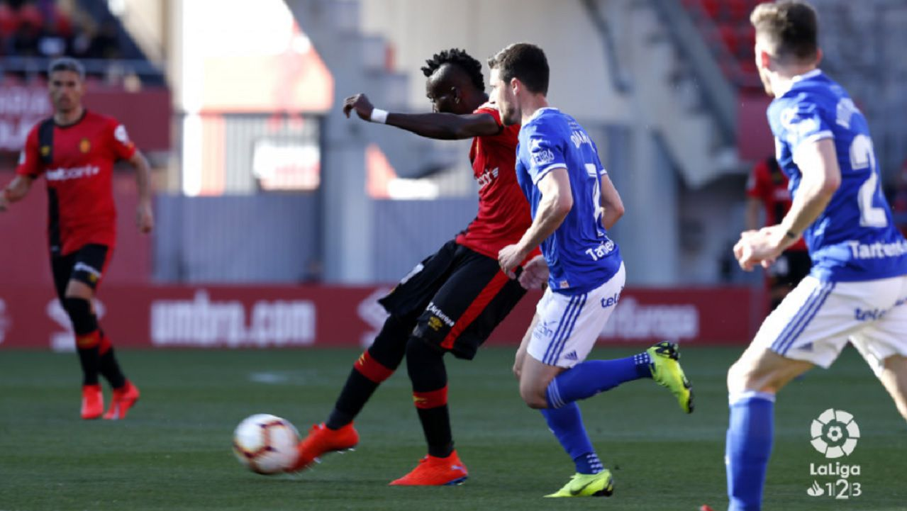 Viti Rozada Omar Ramos Lago Junior Mallorca Real Oviedo Carlos Tartiere.Omar Ramos y Viti persiguen a Lago Junior