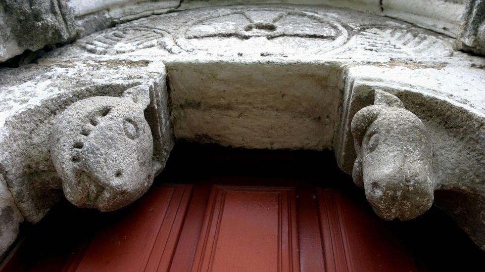Decoración románica nunha porta lateral da igrexa