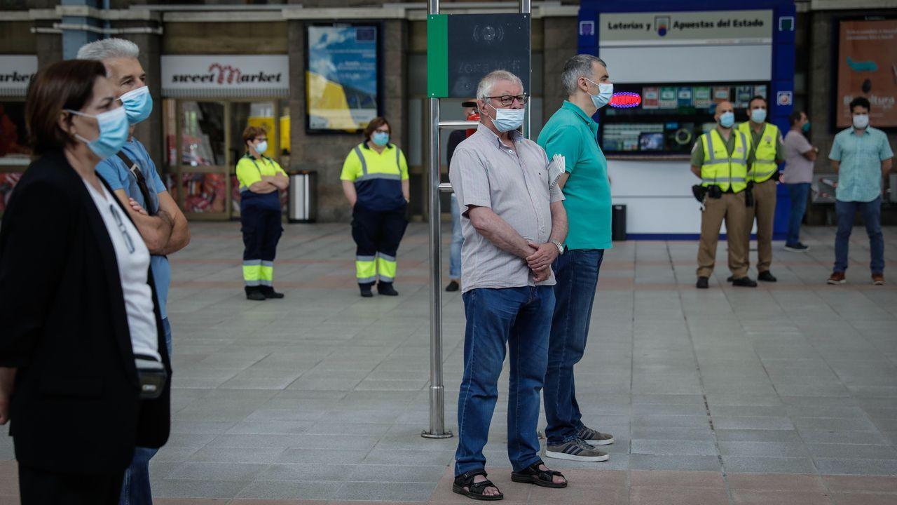 Minutos de silencio en la estación de tren de A Coruña por el fallecimiento del maquinista en el accidente de Zamora.Estado en el que quedó el Alvia siniestrado en Zamora