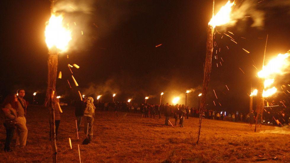 Las grandes antorchas de arbustos conocidas como fachas ardieron espectacularmente en el castro de Castelo, en Taboada