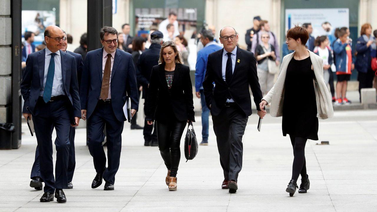 Los diputados del PNV, entre ellos su portavoz Aitor Esteban, llegando al Congreso esta mañana.