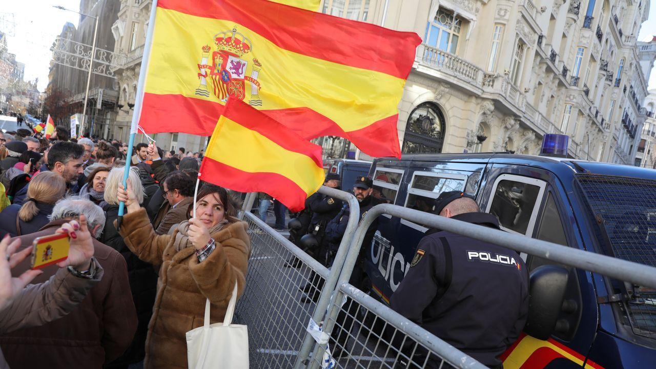 Sánchez posa en vaqueros y zapatillas con todos sus ministros.Juan Guaidó, anoche en la Puerta del Sol jaleado bajo la lluvia por 5.000 venezolanos, cerró en Madrid su gira internacional.