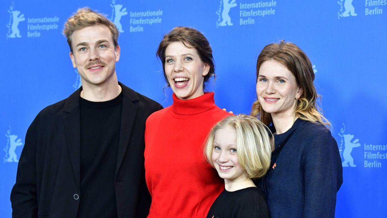 Nora Fingscheidt, en el centro, con el elenco de «System Crasher»